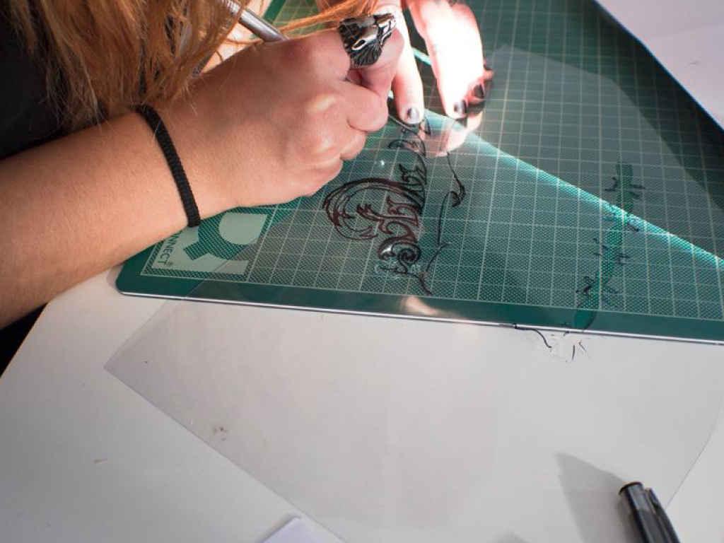 Alumnas Marcos Sixto practicando técnica de dibujo para maquillaje con aerógrafo