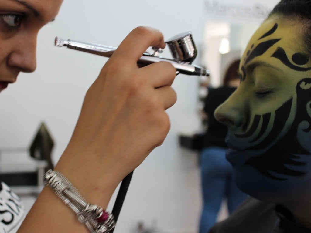 Alumnas Marcos Sixto practicando maquillaje con aerógrafo