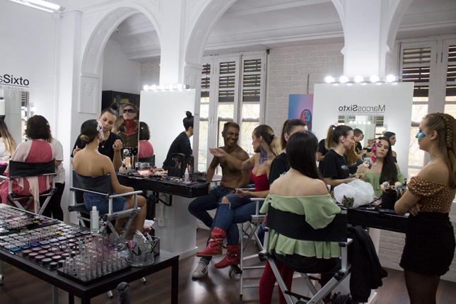 Imagen de grupo de alumnas master maquillaje Marcos Sixto junto a los modelos en las instalaciones