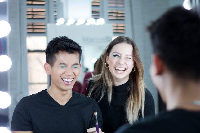 Dos alumnos de Marcos Sixto riedo durante una práctica del máster maquillaje
